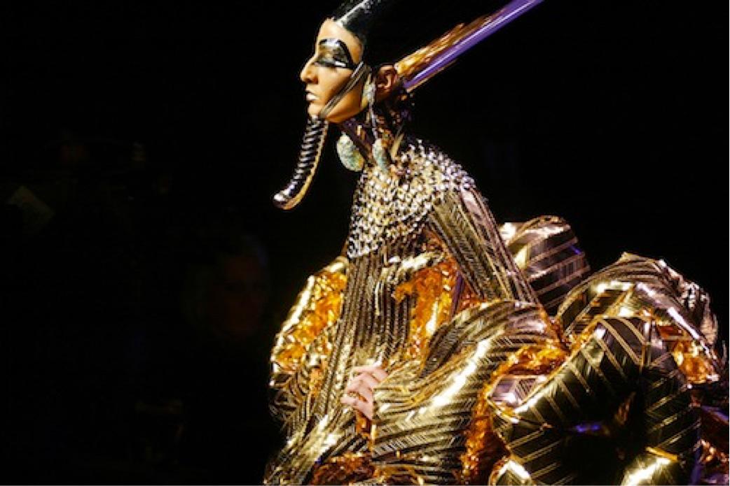 Vestido egipcio de la colección primavera verano 2005 de Galliano para Dior