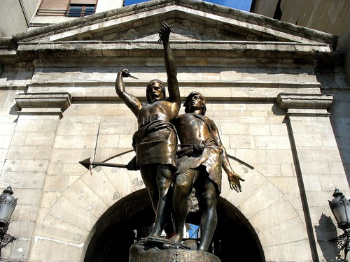 Estatua en bronce de Lleida de 1946 que representa a los guerreros ilergetes Indíbil y Mandonio