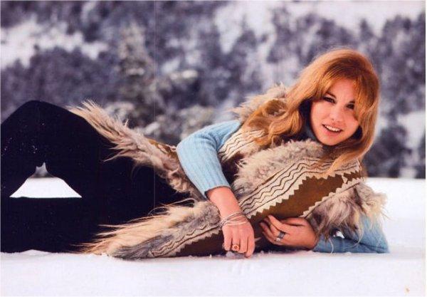 La cantante Karina posando en la nieve