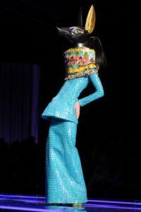 Vestido egipcio de Anubis de la colección primavera verano 2005 de Galliano para Dior