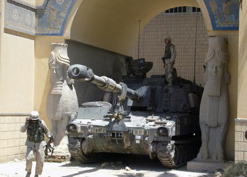 Soldados estadounidenses en el Museo Nacional de Bagdad