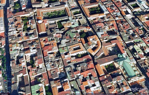 Imagen aérea de Nápoles Italia con evidencia del teatro romano en la trama urbana
