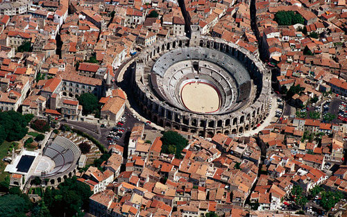 Imagen aérea de Arles Francia con evidencia del anfiteatro romano en la trama urbana