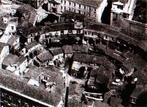 Imagen aérea de Catania Italia con evidencia del teatro romano en la trama urbana