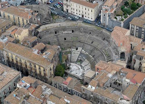 Imagen aérea de Catania Italia con evidencia del teatro romano recuperado