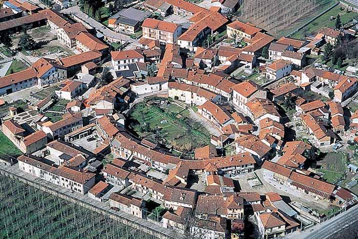 Imagen aérea de Pollenzo Italia con evidencia del anfiteatro romano en la trama urbana