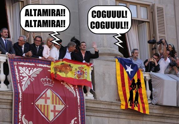 Montaje balcón Ajuntament Barcelona con bandera España e independentista y figuras Altamira y El Cogul