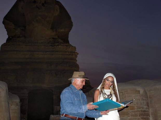 Beyoncé y Hawass delante de la Esfinge