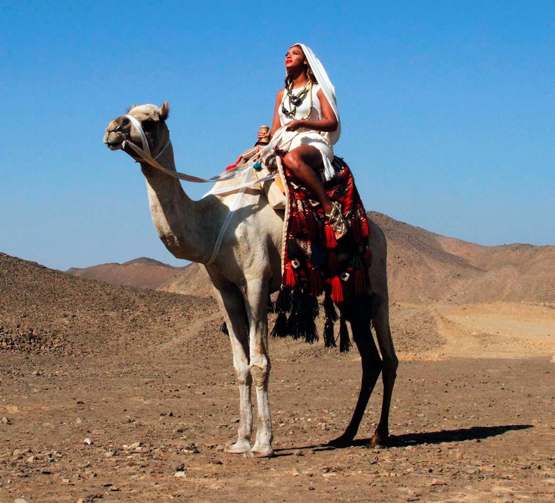 Beyoncé en un camello visitando Egipto
