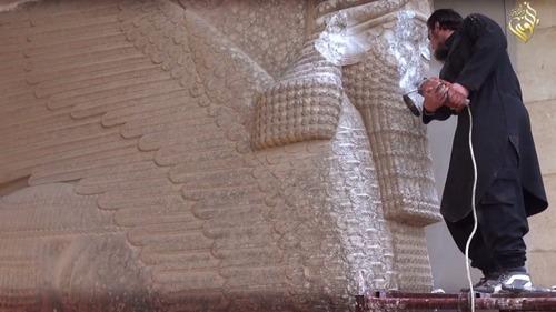 ISIS DAESH desfigurando el rostro de un toro alado de Nínive