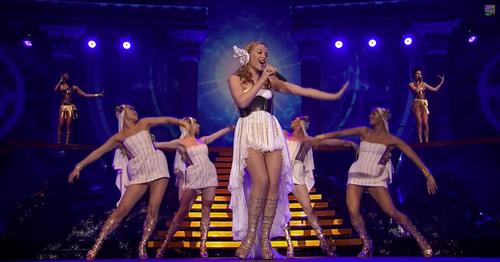 Escena del tour Les Folies de Kylie Minogue de inspiracion clasica