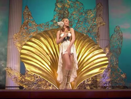 Kylie Minogue nacimiento de Afrodita Venus en su tour Les Folies