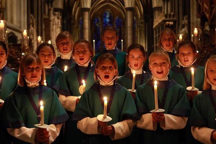 Niños y niñas cantando villancicos de Navidad